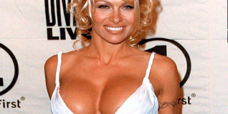 Pamela Anderson se toma muy a pecho dejar con el culo al aire a Putin y a Harvey Weinstein