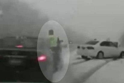 Este policía sale volando tras ser arrollado mientras atendía una emergencia