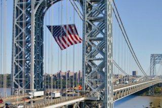 Así evita la policía un suicidio en un puente de Nueva York
