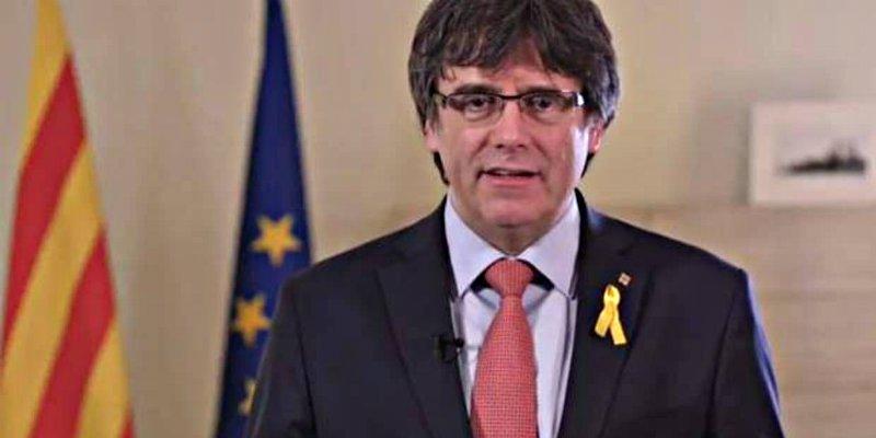El prófugo Puigdemont tira la toalla y señala como 'heredero' al preso Jordi Sànchez
