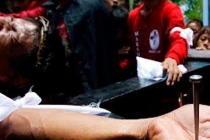 Estos hombres se hacen crucificar con clavos como Jesucristo en la Semana Santa filipina