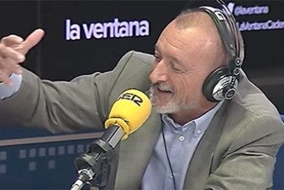 Pérez-Reverte vuelve a hablar de política en su Twitter para descojonarse otra vez de Podemos