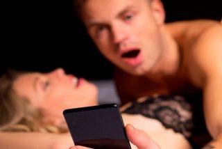 ¿Sabes cuánta gente practica sexo mirando el móvil al mismo tiempo?