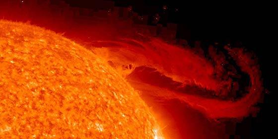 Las ondas magnéticas que chocan contra el Sol calientan su atmósfera y propulsan el viento solar