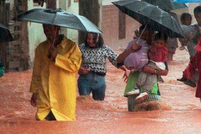 El terrible momento en el que una mujer queda atrapada en su coche inundado durante una tempestad en Brasil
