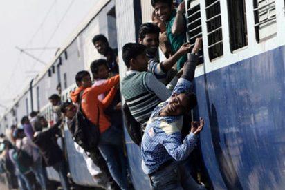 Intenta subirse a un tren en marcha, se resbala y termina aplastado