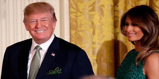 ¿Qué son esas hierbas que brotan de la chaqueta de Trump?