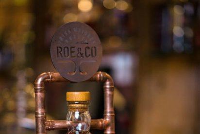Apúntate al plan en Santamaría La Coctelería de al Lado o hazte con tréboles y prepara un cóctel con el whiskey irlandés Roe & Co.