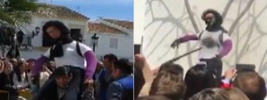 El brutal linchamiento público de una muñeca que representaba a la asesina del pequeño Gabriel