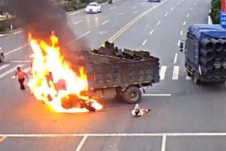 La horripilante escena del motorista que se estrella contra el camión y arde vivo
