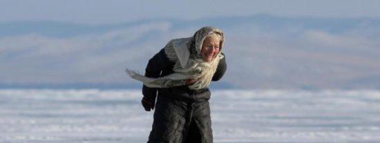 Esta abuela pasea a diario por el hielo del Baikal con sus patines caseros