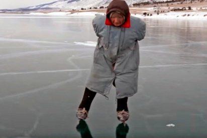 Esta abuela pasea a diario por el hielo del Baikal son sus patines caseros