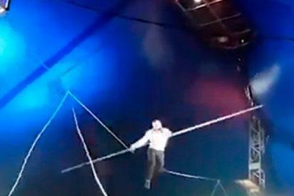 Así cae este acróbata durante una actuación en un circo en Siberia