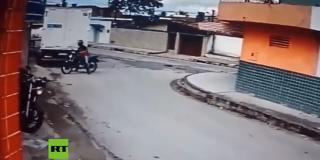 Al ver que la arma era de juguete le lanza una patada voladora a ladrón de la moto