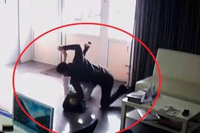 Este hombre ataca brutalmente con un cuchillo a una vendedora