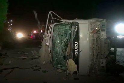 Así atacan a un vehículo de la Policía en Pakistán