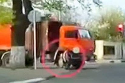 Esta chica es atropellada por un camión y se levanta como si nada