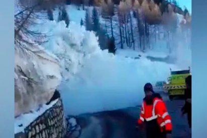 Brutal avalancha 'persigue' a la gente en los Alpes