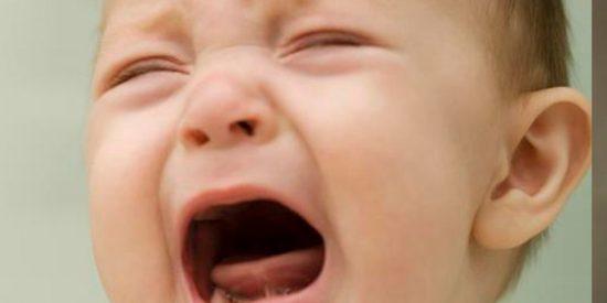 Así maltrata a un bebé de 8 meses esta enfermera en un hospital de Rusia