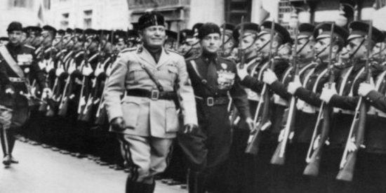 Niños pegan a piñata de Benito Mussolini, invitados por antifascistas