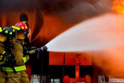 Así salva este bombero a un bebé arrojado desde un segundo piso en llamas