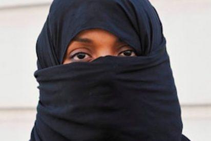 La valiente que baila y se quita el velo islámico
