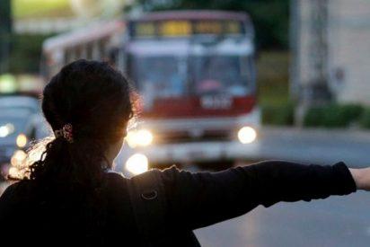 Autobús atropella a esta mujer y esta se levanta como si nada