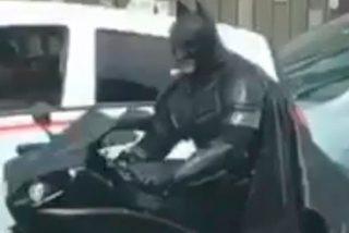 Batman pasea en moto por México