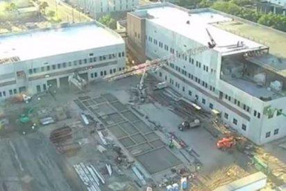 Así cae esta enorme grúa a pocos metros de los trabajadores en Florida