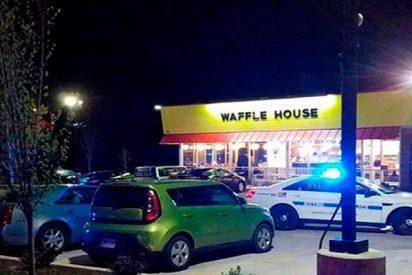 Un hombre desnudo dispara y mata a varias personas en esta cafetería de Tennessee