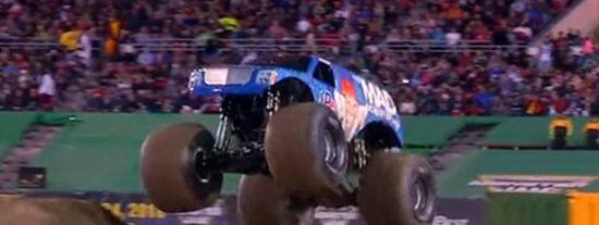 Así fue el primer salto mortal adelante de un 'camión monstruo' en la historia