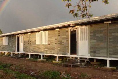 El arquitecto colombiano que construye casas con desechos plásticos