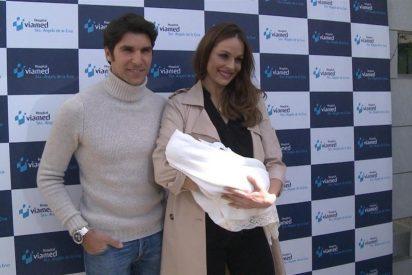 Cayetano Rivera posa con su bebé para celebrar su primer mes