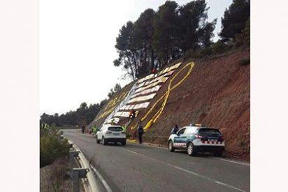 Los Mossos escoltan y dan cobertura para que los CDR coloquen sus lazos en las carreteras