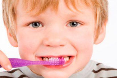 ¿Cómo deben cepillarse los dientes tus hijos?