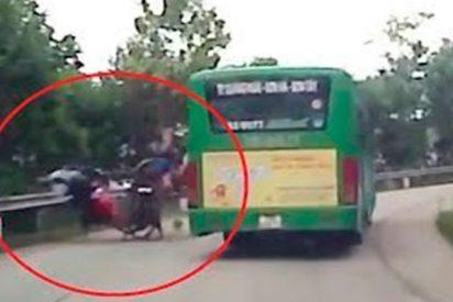 Así fue este violento choque de 2 motos en una carretera de Vietnam
