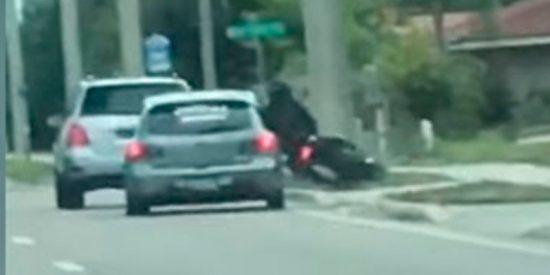 Este coche embiste con ira a un motociclista durante una discusión en plena marcha