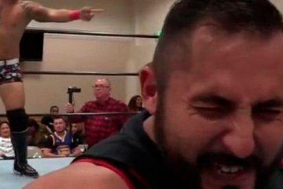 Este luchador de lucha libre escupe su chicle a una menor