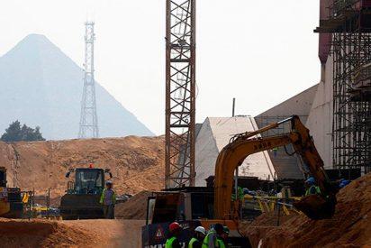 Terrible incendio en la construcción del Gran Museo Egipcio cerca de las pirámides de Giza