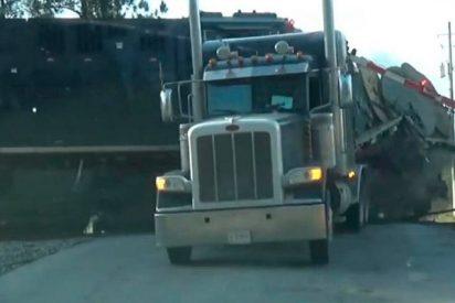 Este tren arrolla un camión en EE.UU. y el chofer se salva por los pelos