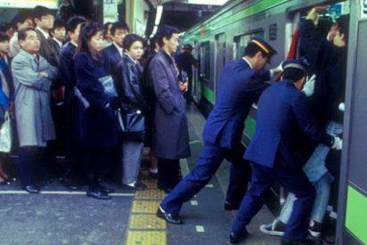 Los 'empujadores' profesionales del Metro de Tokyo