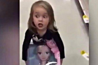 El padre le dice que no tienen dinero para comprar la muñeca y la niña decide que hay que robarla