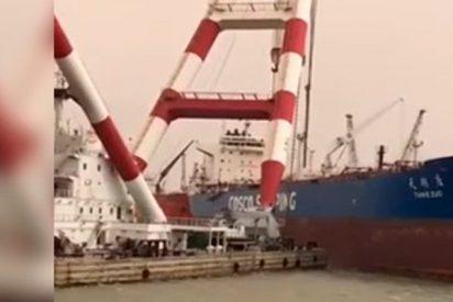 Esta enorme grúa portuaria impacta y perfora el casco de un buque petrolero