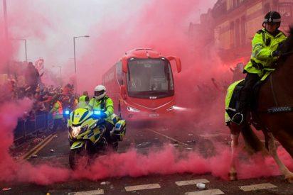 Así fue el feroz ataque de los hinchas del Liverpool al autobús del Manchester City