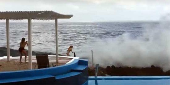 """Turista es arrastrada por una ola gigante cuando buscaba hacerse un """"Selfie"""""""