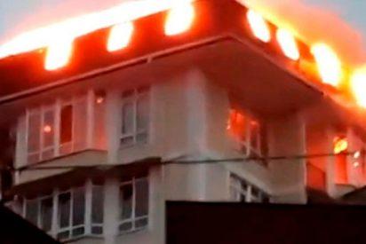 Así evacuan a 50 personas en Sochi al registrarse un incendio en un edificio de viviendas