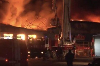 Así luchan los valiente bomberos contra este brutal incendio en una tienda de juguetes