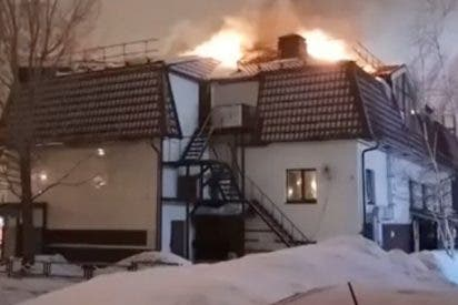 Terrible incendio consume el techo de un restaurante en Rusia