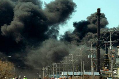 Fuerte incendio se reaviva en una refinería de Estados Unidos