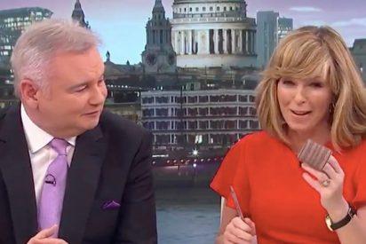 Esta presentadora de televisión sale al aire con un rulo en el pelo